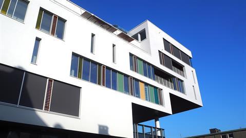 Rakennuksen kolme ylintä kerrosta on rakennuttu pääsisäänkäynnin päälle ilman pylväiden tukea.