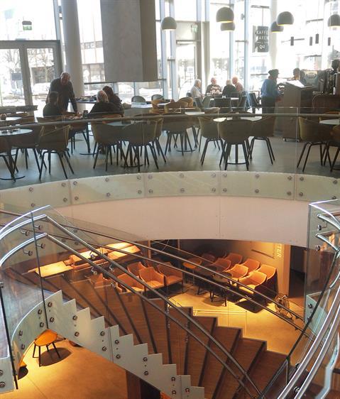 Hotellin vastaanottoa vastapäätä on portaikko alakertaan, jossa on konferenssitiloja. Ravintola on samalla katutasolla kuin vastaanotto.