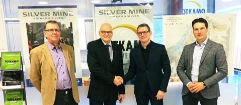 Vasemmalla Sotkamo Silver Oy:n hallituksen puheenjohtaja Ilkka Tuokko ja kättelemässä konserninjohtaja Timo Lindborg. Ruukilta kättelemässä on Heikki Alakarhu, vierellään Samu Pokela.