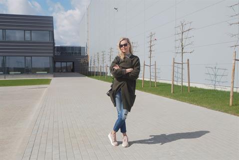 Архитектор Игне Григалюнайте из архитектурного бюро Kita kryptis перед спроектированным ею зданием.