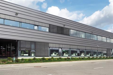 С помощью фасадных планок офисному зданию придали горизонтальное измерение, разделив ими довольно обширную площадь на более мелкие части.