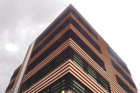 Special lamellas were used to create a horizontal effect for the high building