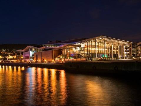Takelementer fra Lett-Tak er for eksempel brukt på Bølgen konserthus i Larvik og på terminalbygget ved Oslo Lufthavn på Gardermoen. Copyrights: Lett-Tak