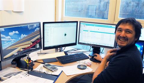 Takelementene til Lett-Tak må skreddersys nøyaktig for å passe til kundens byggeprosjekt. På bildet er designeren Amund Johnsen i arbeid.