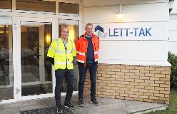 Lett-Taks tekniske sjef Mattias Holmbäck og produksjonssjef Thor-Inge Karlsen ved fabrikken i Larvik.