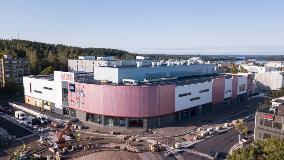 """Lohjoje esantis prekybos centras """"Lohi"""" pakeitė vietos vaizdą. Prekybos centras buvo darniai įkomponuotas į aplinką ir jam buvo suteiktas auksinis LEED aplinką tausojančio pastato sertifikatas."""