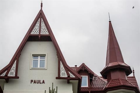 Dominantou vily Paula je vysoká vežička, na ktorú klampiari vyrobili strechu priamo na mieru